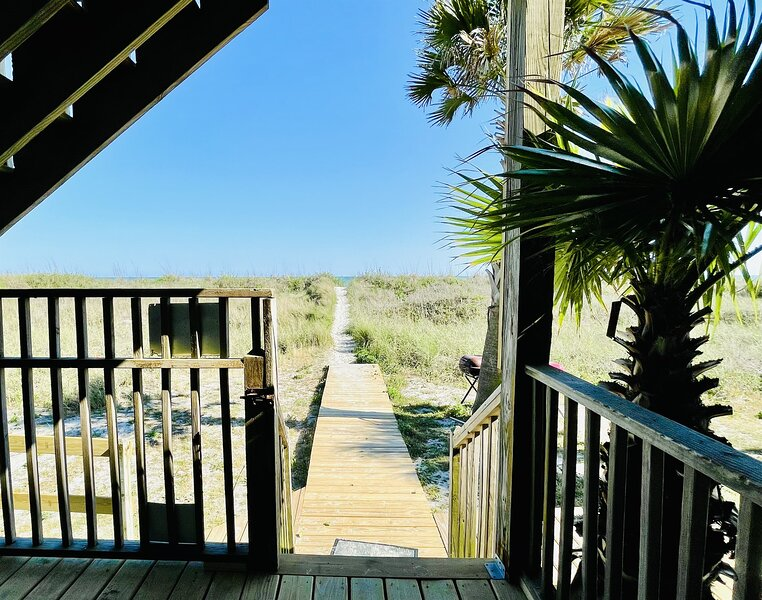 ★OCEANFRONT HOUSE ON THE SAND★♛2 Kings★4br, 4ba★Private Hot Tub★SLEEP 12★PGP1, holiday rental in Little River