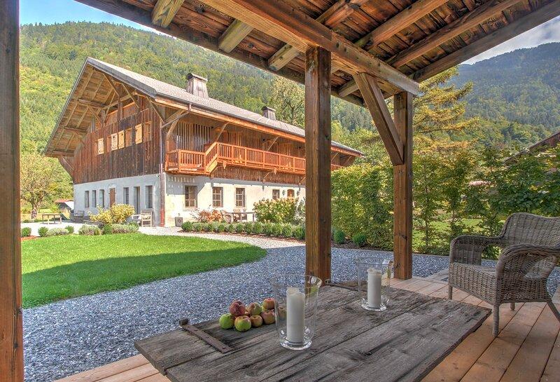 Luxury & spacious chalet close to Samoens, 8 ensuite bedrooms, Sauna, Hot Tub, location de vacances à Sixt-Fer-a-Cheval