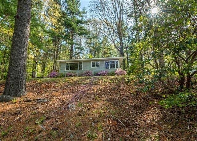 The Nest | Pet-friendly Cottage, Carolina Room & Lakeside Views!, location de vacances à Flat Rock