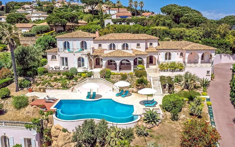 211031 7-bedroom 5 bath villa, partly airco,full sea view, pool, beach at 110mtr, holiday rental in Sainte-Maxime