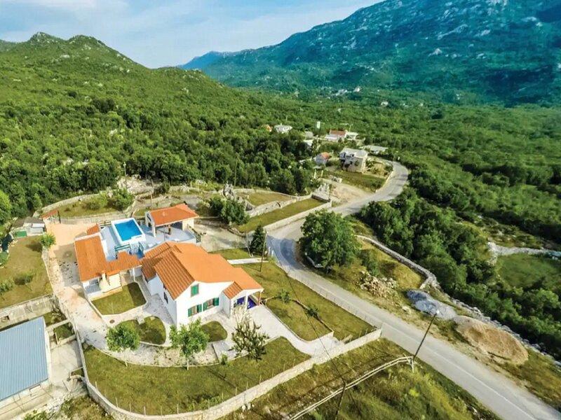 Villa Smajo-Five Bedroom Villa with Pool, aluguéis de temporada em Kotlenice
