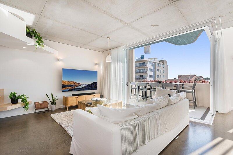 Luxury 5-floor Unit with Ocean Views near Beach, location de vacances à Little Mountain