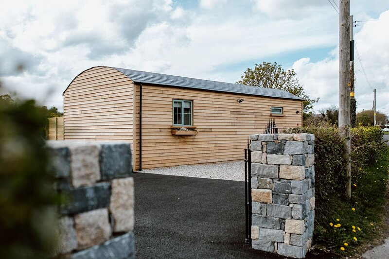 Two bedroom riverside log cabin with panoramic views of the Mourne Mountains., alquiler vacacional en Condado de Down