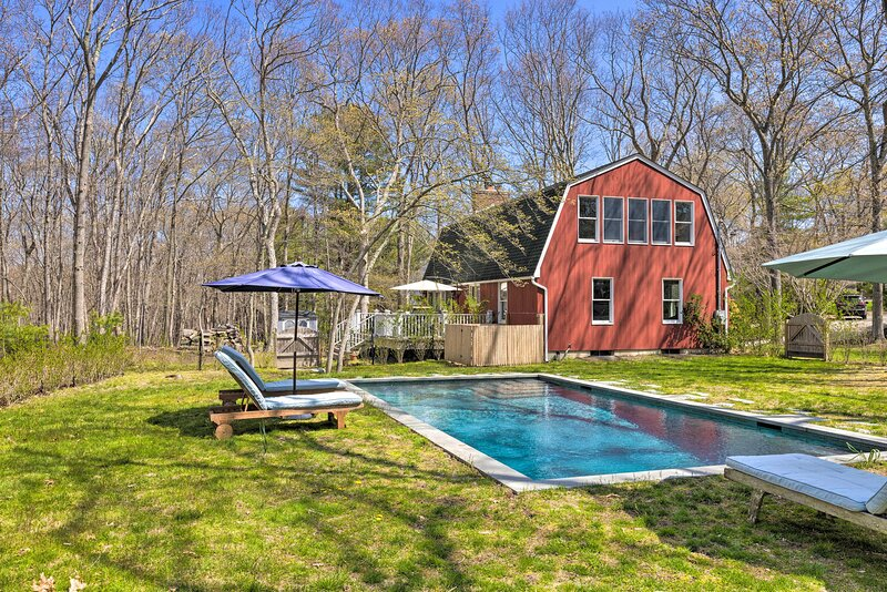 NEW! Upscale Hamptons Home: 1 Mi to Sammys Beach!, holiday rental in Springs