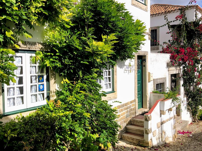 Your enchanting home within the walls of Óbidos. 2BR. Sleeps 7, holiday rental in Leiria District