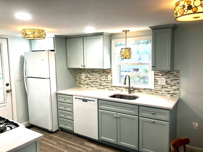 Custom kitchen with quartz countertops and new appliances!