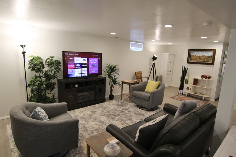 Just off Main Bungalow Basement Apt., holiday rental in Blanding