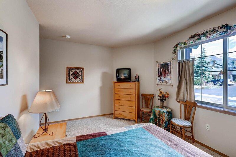 Living Room,Indoors,Room,Furniture,Flooring