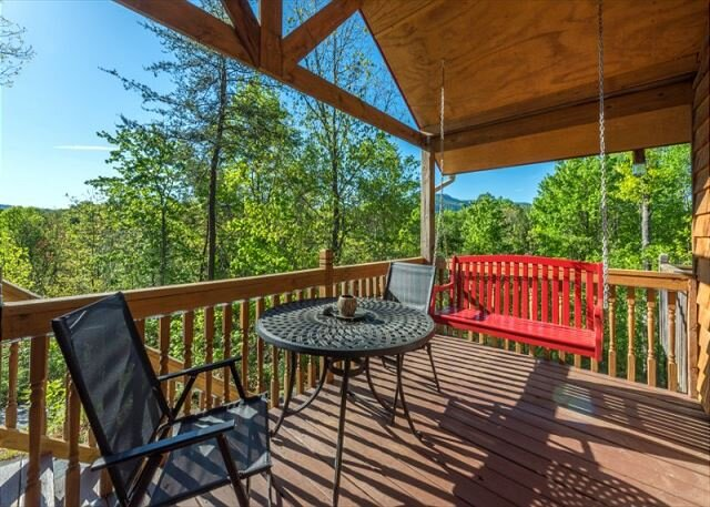 Bear Tracks |Cozy cabin | Pet friendly, hot tub, fire pit, and great decks!, holiday rental in Marion