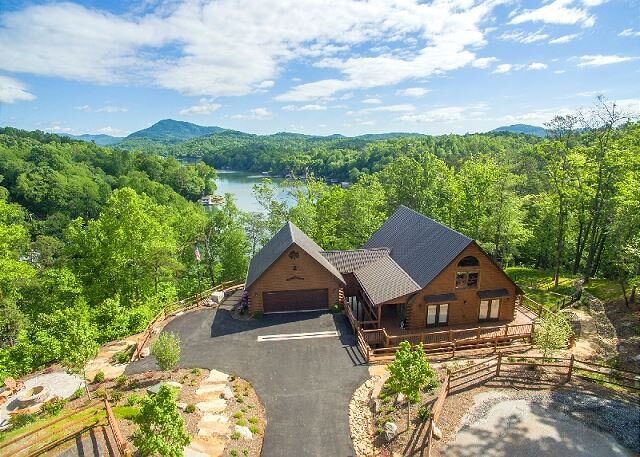 The Bentley at Lake Lure | Lakeside Views, Hot Tub, Game Room, and Fire Pit!, alquiler de vacaciones en Lake Lure