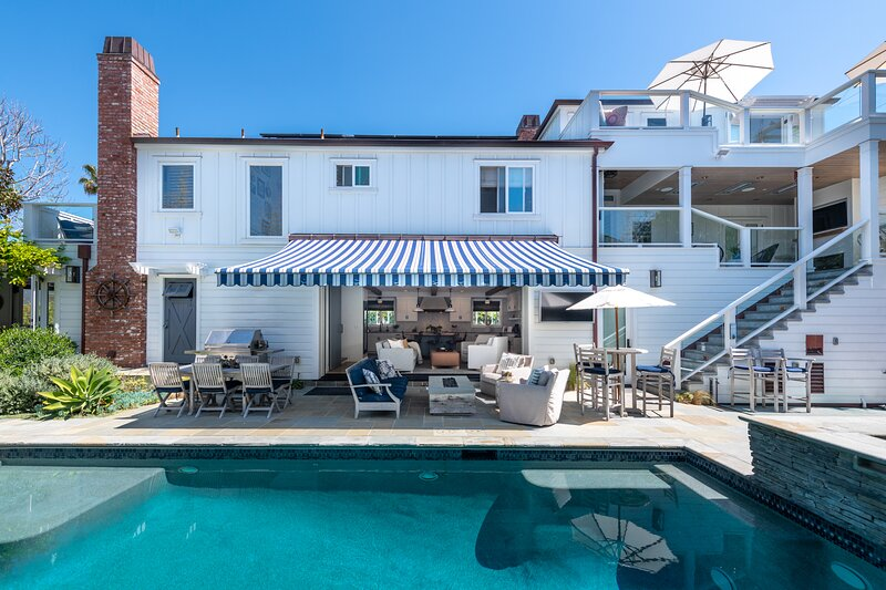New Luxury Home on Double-Lot w/ Heated Pool, Spa & Yard, Easy Stroll to Beach, casa vacanza a Manhattan Beach