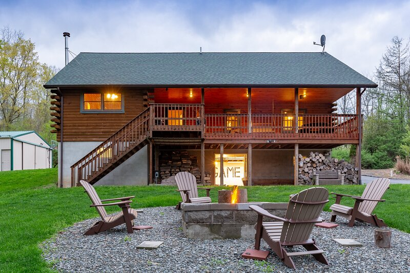 Lazy Bear Lodge ~ Mountain Views ~ Pool Table, location de vacances à Blossburg