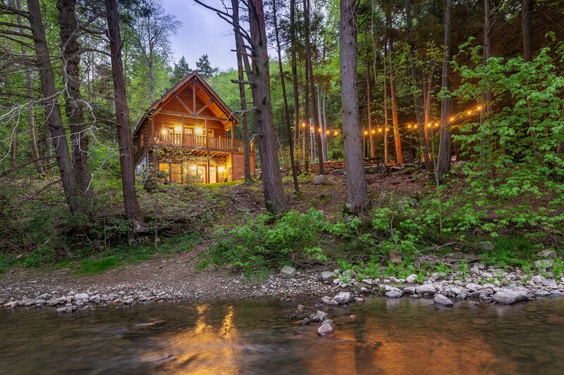 CABIN ON THE RIVER ~ Free Bikes and Kayaks ~ Patio, holiday rental in Millmont