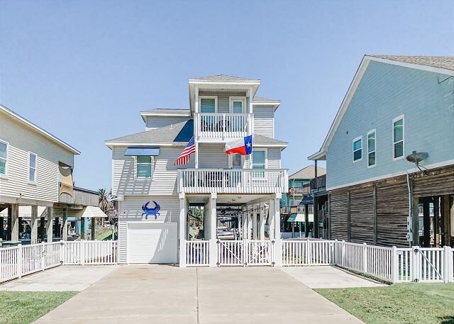 Spacious Canal Home w/ Balconies, Deck & Water-View Bar – Walk to Beach!, alquiler de vacaciones en Galveston Island