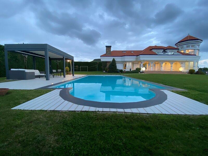 Wonderfull villa with pool & garden, aluguéis de temporada em Boo de Pielagos
