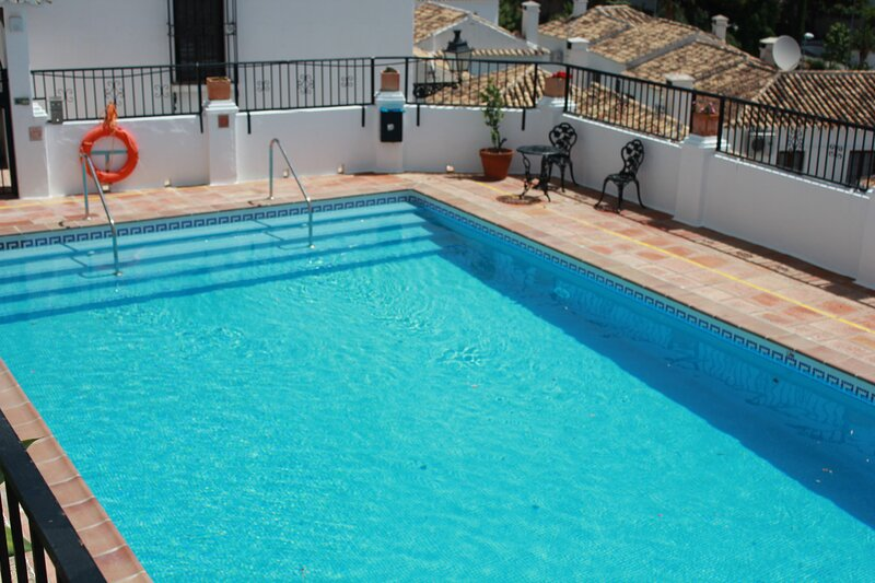 MIJAS PUEBLO COSY 2 BEDROOM TOWNHOUSE WITH COMMUNAL POOL-SLEEPS 4-FREE WIFI, alquiler de vacaciones en Mijas