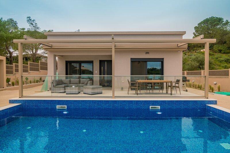 Amelia Residence | 3-Bedroom Villa with Pool [125 m²], location de vacances à Meso Gerakari