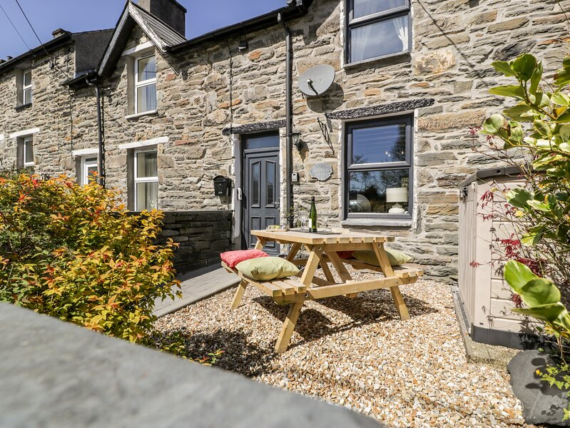 BWTHYN AFON (RIVER COTTAGE), open plan living areawith multi-fuel stove, alquiler vacacional en Blaenau Ffestiniog