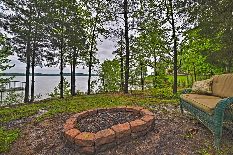 NEW! Kentucky Lakeside Home w/ Deck: 20 Mi to LBL!, holiday rental in Bumpus Mills
