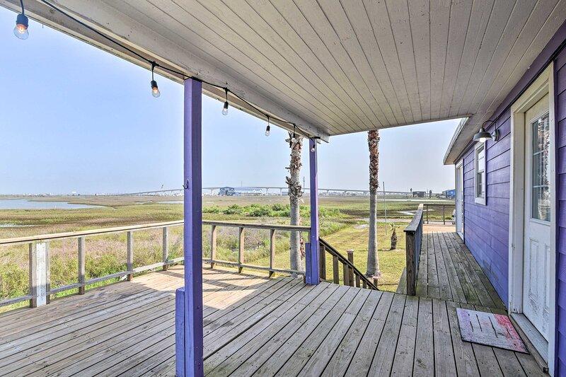 NEW! Bright & Breezy Home: 4 Blocks to Beach!, alquiler vacacional en Brazoria