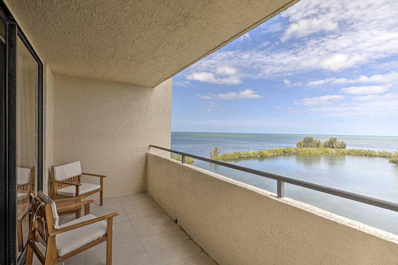 NEW! Waterfront Resort Condo: Private Beach & Pool, aluguéis de temporada em Hudson