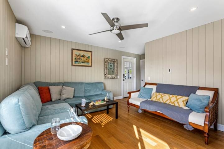 Midweek Special! Sunset Suite: close to beaches, parks, eateries & shops; privat, vacation rental in Salisbury