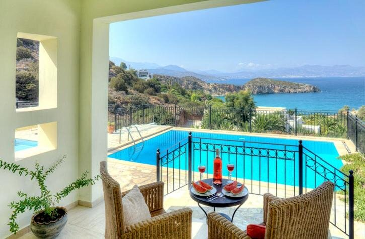 Villa Ares with private pool and a spectacular seaview 150m from the beach, location de vacances à Istron