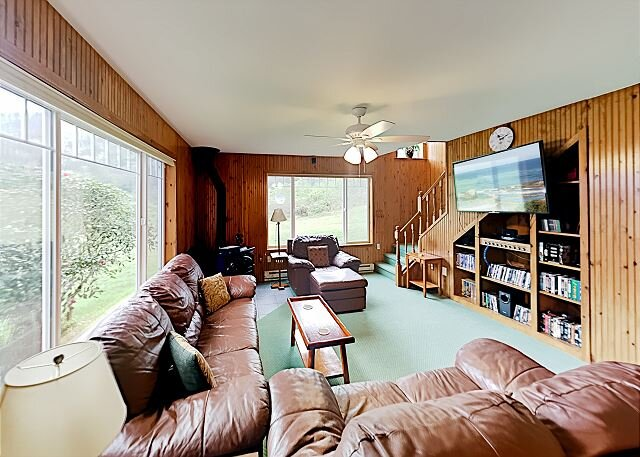 Kris's Cottage | Two Suites, Loft, Forest Views | Seasonal Firepit, alquiler vacacional en Bay City