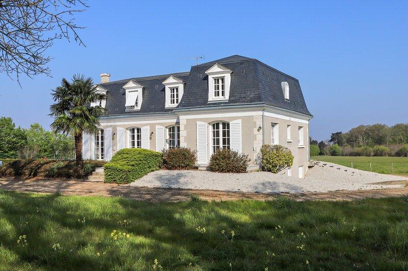 Amazing house with garden & terrace, location de vacances à Cellettes