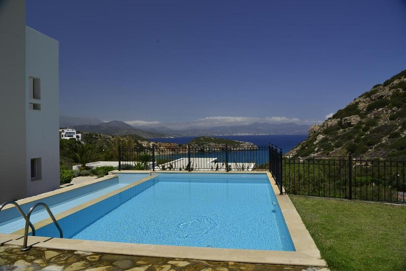 Villa Ouranos our dream in blue and cream with seaview and pool, location de vacances à Istron