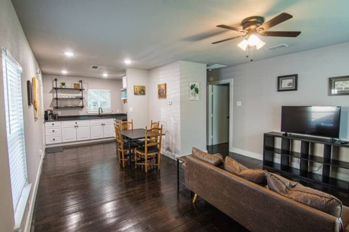 New Casa Verde! 2 Bedroom 1 Bathroom House Close to Dickie's Arena, Will Roger's, casa vacanza a Burleson