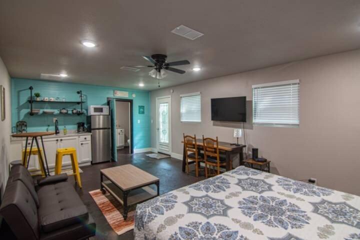 New Casita Verde! Studio/Efficiency Apartment with Kitchenette, Stand-in Shower,, casa vacanza a Burleson