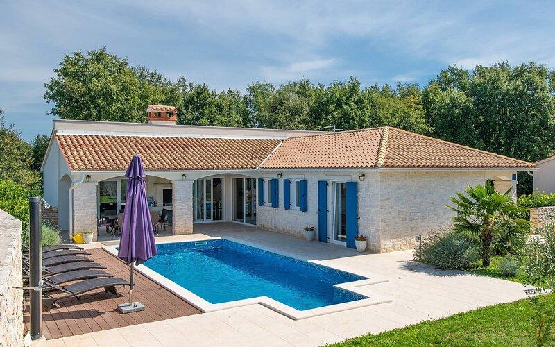 Villa Ula with pool, casa vacanza a Ruzici