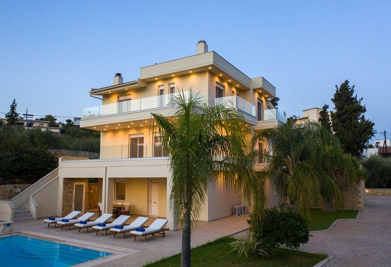 Villa Melitini, luxury, ideal for big groups, saltwater pool, private garden, location de vacances à Malaxa