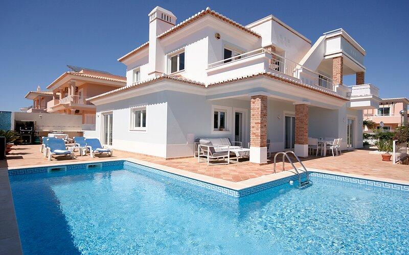 Casa Margaretha, Luxury 4 Bedroom Villa w/ Pool + AC + WiFi, 8 min walk to Beach, location de vacances à Odiáxere