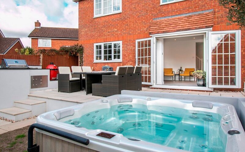 BOURNECOAST: SUPERB HOUSE * HOT TUB * BBQ HUT * HOME GYM * GARDEN * WIFI -HB6340, holiday rental in West Parley