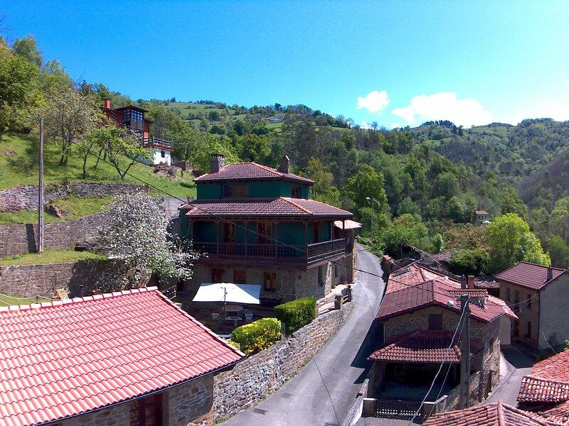 Casa Laudina y Armando, bienvenidos al paraíso!, holiday rental in Felechosa