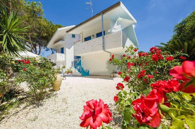 300 mare -Suite House-Villa con Parco- 6 Camere - 6 bagni - WiFi- Climatizzata, holiday rental in Maeggio