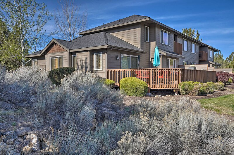NEW! Pet-Friendly Townhome w/ Golf Course Access!, vacation rental in Powell Butte
