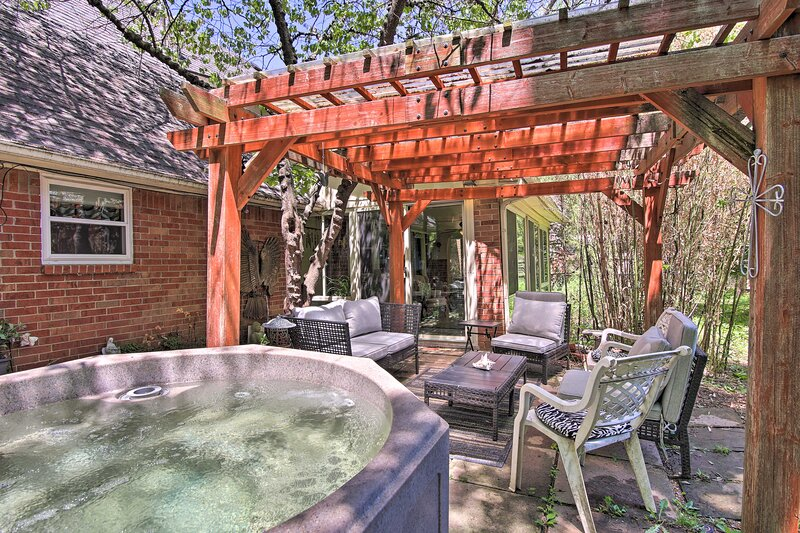Private Home w/Hot Tub & Patio Near Downtown Tulsa, holiday rental in Jenks