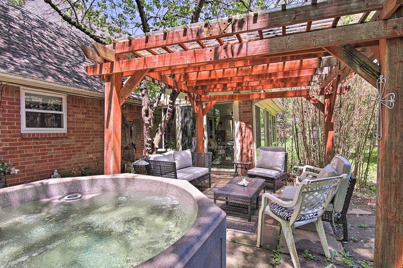 Private Home w/Hot Tub & Patio Near Downtown Tulsa, casa vacanza a Jenks