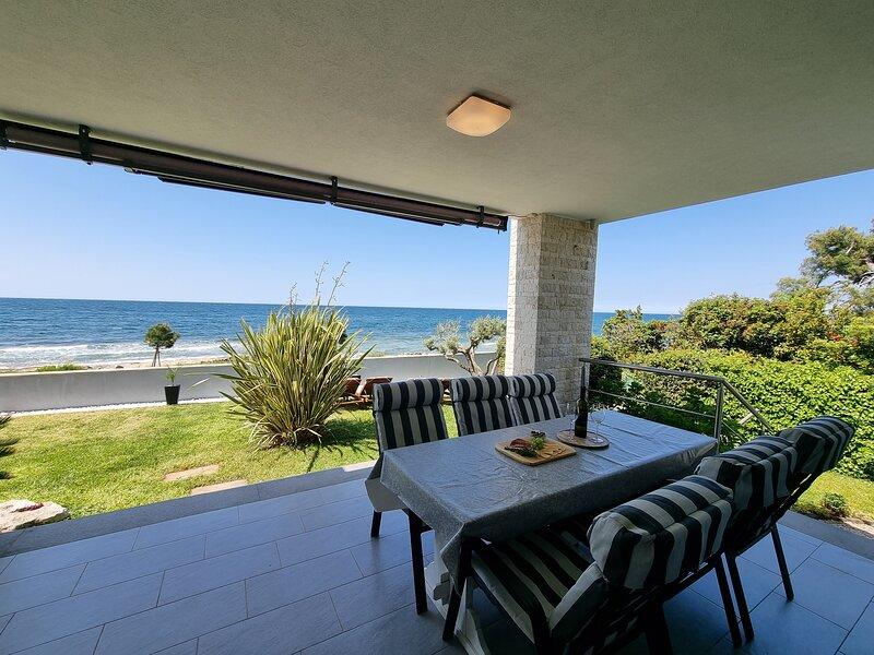 Villa Ivan Umag direct on sea and beach, alquiler vacacional en Umag