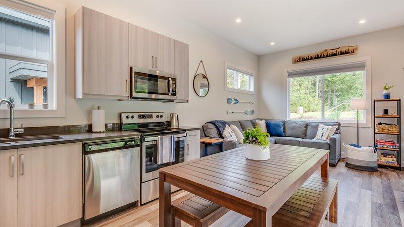 Lake House Getaway - Family Friendly Resort-Like Living, holiday rental in Honeymoon Bay
