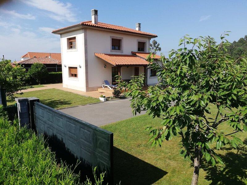 Villa Unifamiliar con finca 1000 m2, location de vacances à Pravia