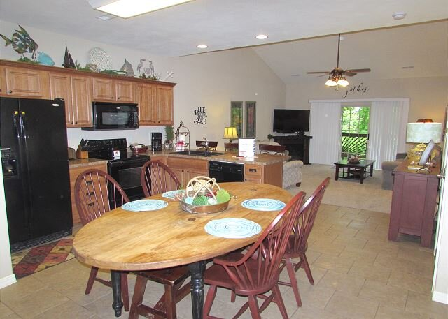 3 BR, 2 Bath Upper Level Condo on Table Rock Lake with Dock Access & NETFLIX, holiday rental in Ridgedale