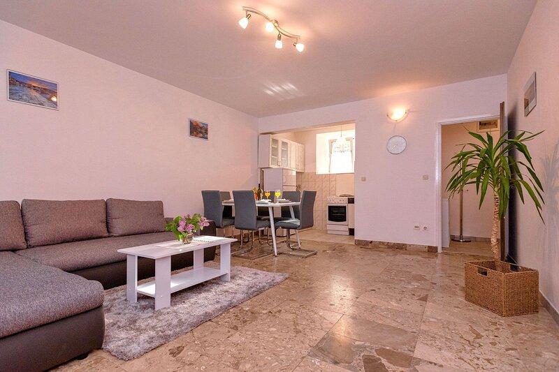 Apartment Marija, holiday rental in Dol