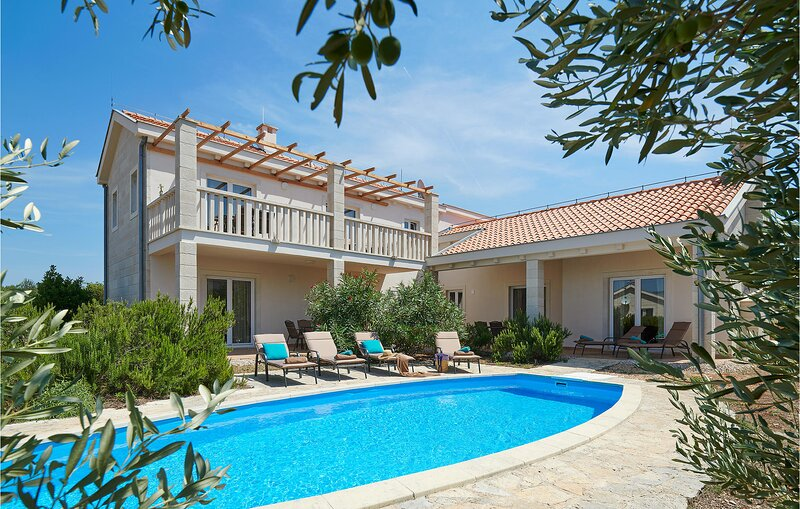 Stunning home in Stari Grad with Outdoor swimming pool, WiFi and 4 Bedrooms (CDH, holiday rental in Rudina