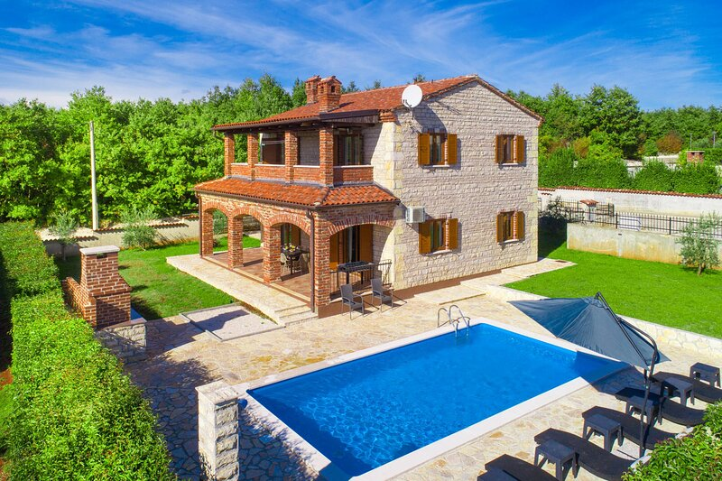 Villa Bali with pool, casa vacanza a Svetvincenat