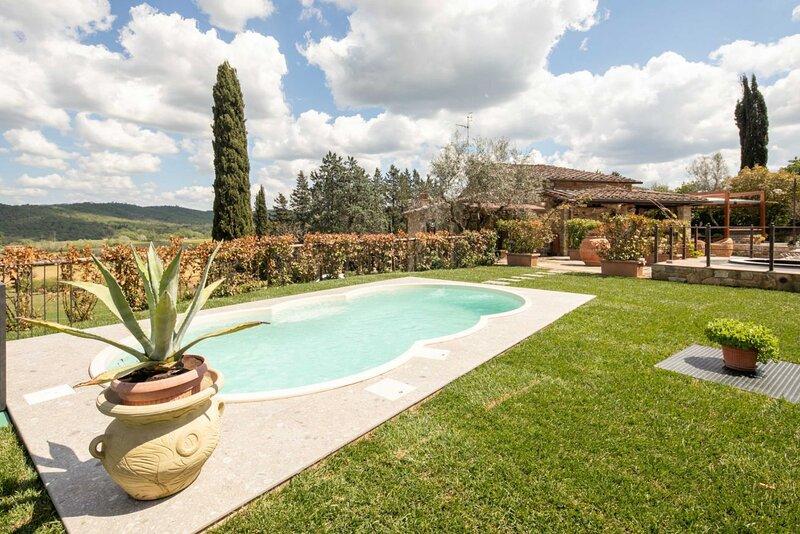 Villa Vepri - Wonderful Tuscan farmhouse with pool and outdoor Jacuzzi, casa vacanza a Ambra