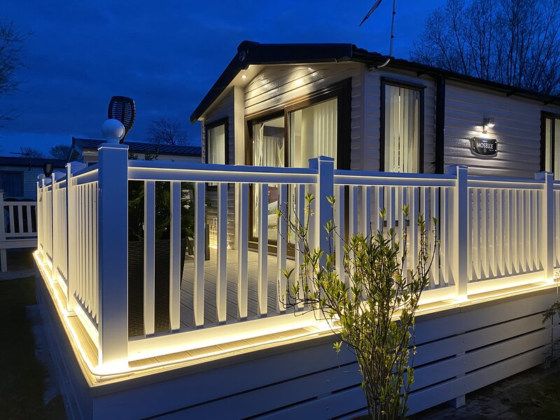 Auroras Dream Lodge Hoburne Holiday Park Cotswolds, vacation rental in South Cerney
